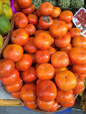 柿「Persimmons for sale in a street market in New Delhi, India」:スマホ壁紙(9)