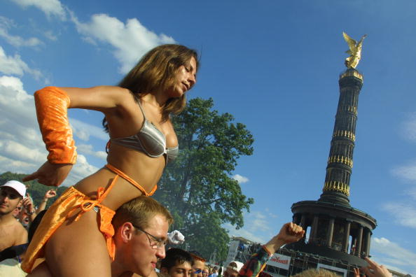 Sean Gallup「Berlin's Love Parade Draws Hundreds Of Thousands」:写真・画像(8)[壁紙.com]