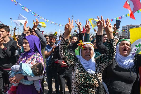 歌う「Kurdish Communities In Turkey Celebrate Nowruz」:写真・画像(18)[壁紙.com]