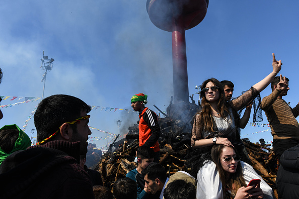 歌う「Kurdish Communities In Turkey Celebrate Nowruz」:写真・画像(19)[壁紙.com]
