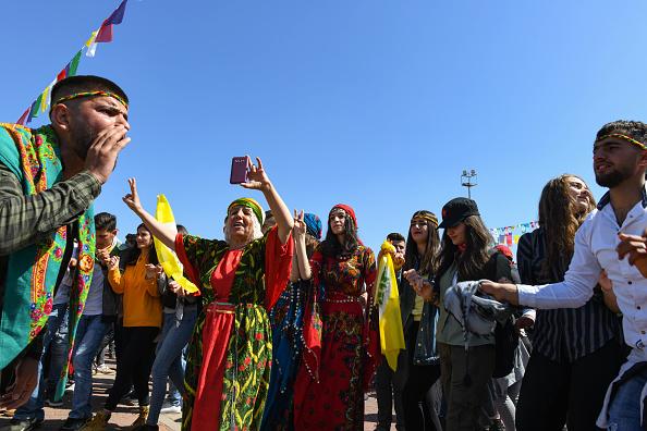歌う「Kurdish Communities In Turkey Celebrate Nowruz」:写真・画像(17)[壁紙.com]