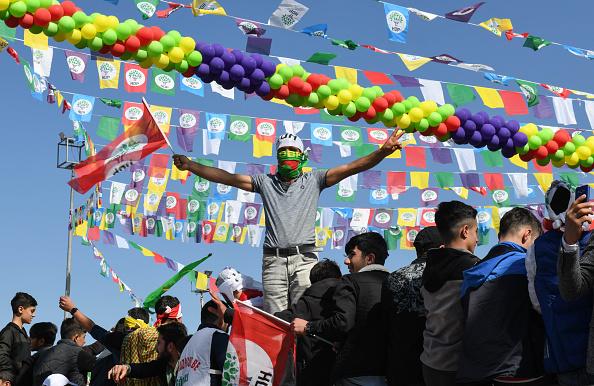 歌う「Kurdish Communities In Turkey Celebrate Nowruz」:写真・画像(9)[壁紙.com]