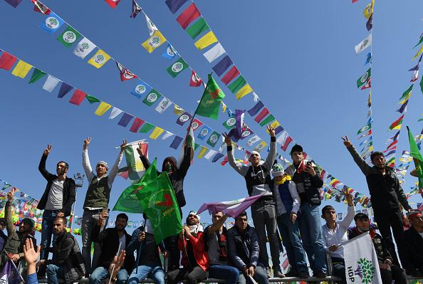 歌う「Kurdish Communities In Turkey Celebrate Nowruz」:写真・画像(11)[壁紙.com]
