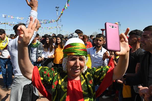 歌う「Kurdish Communities In Turkey Celebrate Nowruz」:写真・画像(6)[壁紙.com]