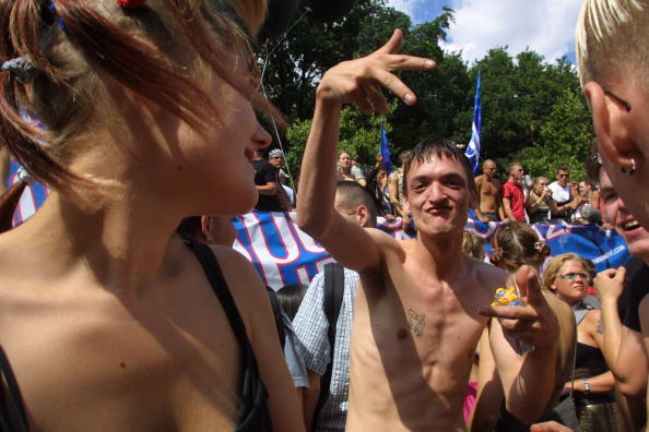 Sean Gallup「Berlin's Love Parade Draws Hundreds Of Thousands」:写真・画像(12)[壁紙.com]