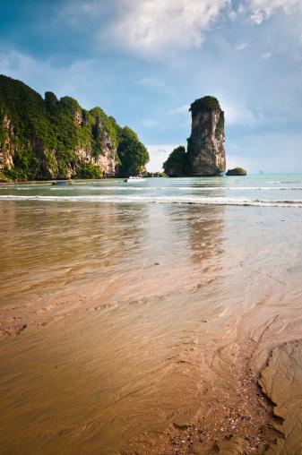 アオプラナンビーチ「ドラマティックな岩の構造で、ビーチでのアオナン、タイ」:スマホ壁紙(0)