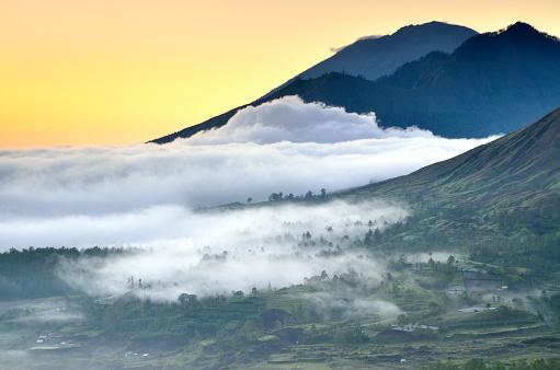 Mt Agung「Pinggan landscape in mist, Bali, Indonesia」:スマホ壁紙(6)