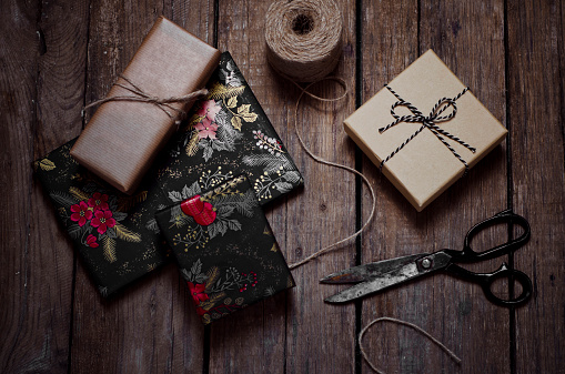プレゼント「Wrapped christmas gifts, scissors and string on wooden table」:スマホ壁紙(18)