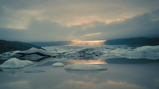 Glacier Bay National Park「Glacier lagoon with dramatic sky」:スマホ壁紙(10)