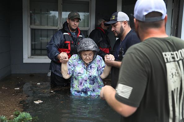 Volunteer「Epic Flooding Inundates Houston After Hurricane Harvey」:写真・画像(13)[壁紙.com]