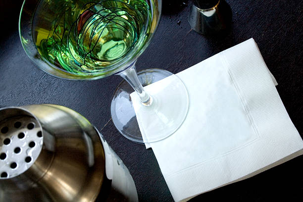 Martini with blank napkin:スマホ壁紙(壁紙.com)