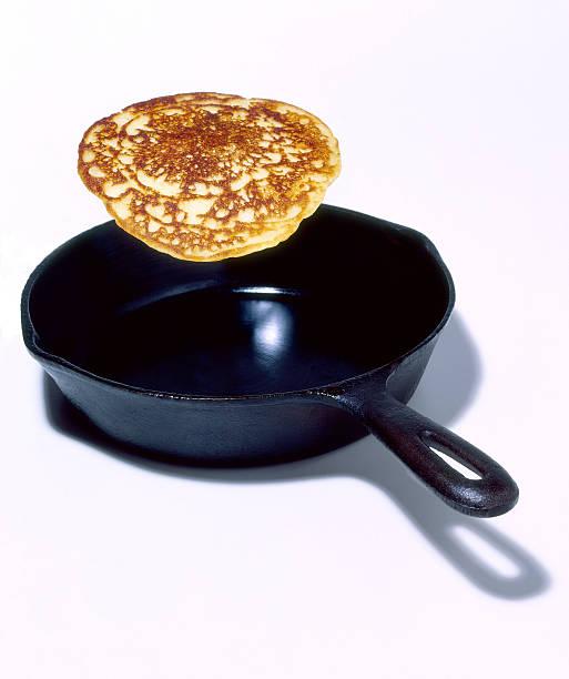 Flipping pancake in frying pan:スマホ壁紙(壁紙.com)