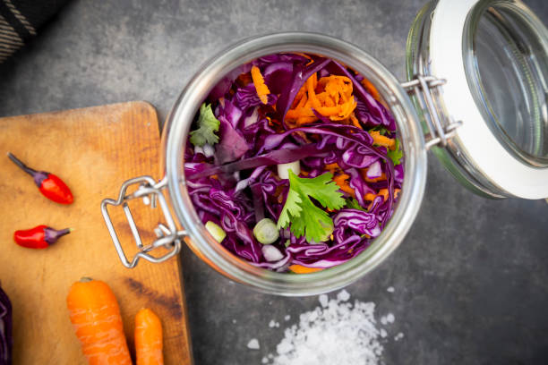 Homemade red cabbage, fermented, with chili, carrot and coriander, in a preserving jar:スマホ壁紙(壁紙.com)