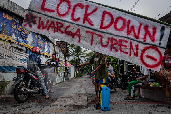 Resourceful「Indonesian Villagers Defend Against The Coronavirus With Makeshift Barricades」:写真・画像(19)[壁紙.com]