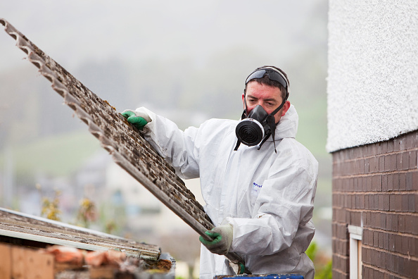 Occupational Safety And Health「A specialist asbestos removal company removing asbestos from a shed roof of a house in Ambleside, Cumbria, UK.」:写真・画像(4)[壁紙.com]