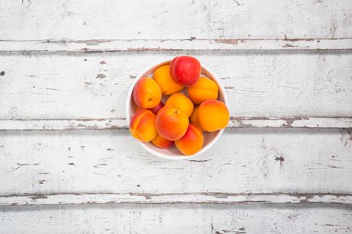 杏「Bowl of apricots on wood」:スマホ壁紙(11)