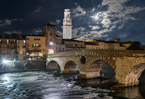アディジェ川「ヴェローナ、月明かりの下で石造りの橋」:スマホ壁紙(15)