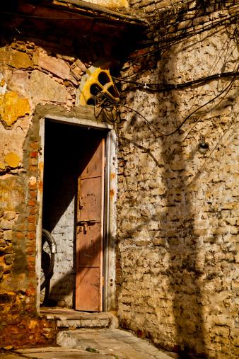 Rajasthan「Bicycle in doorway around a brick wall」:スマホ壁紙(6)
