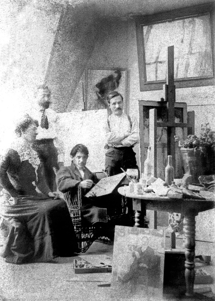 1900-1909「Picasso, Manach, Torres Fuentes and his wife in the workshop as Picasso held between June 1901 and January 1902 at 130 Boulevard de Clichy in Paris, and here in 1901」:写真・画像(5)[壁紙.com]