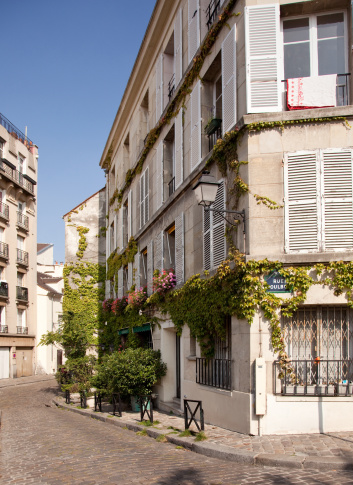 Corner「Old Parisian street with blossoms and cobbled road in suburb of Montmartre」:スマホ壁紙(18)