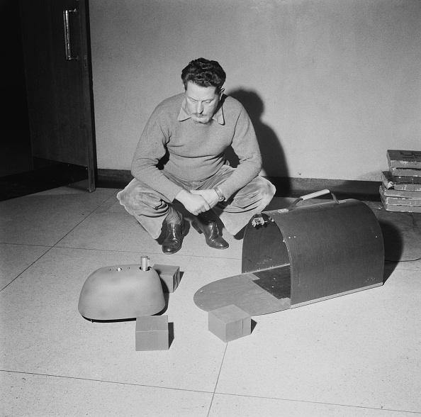 Crouching「Grey Walter With Tortoise Robot」:写真・画像(11)[壁紙.com]