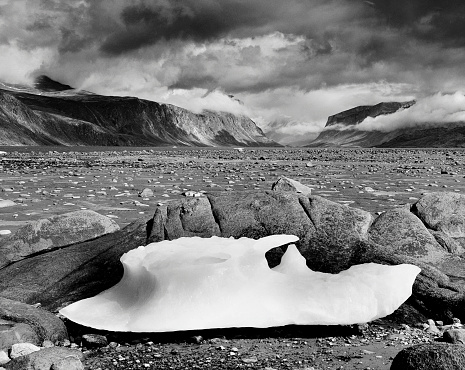 Baffin Island「Piece of ice in a dried up lake」:スマホ壁紙(15)