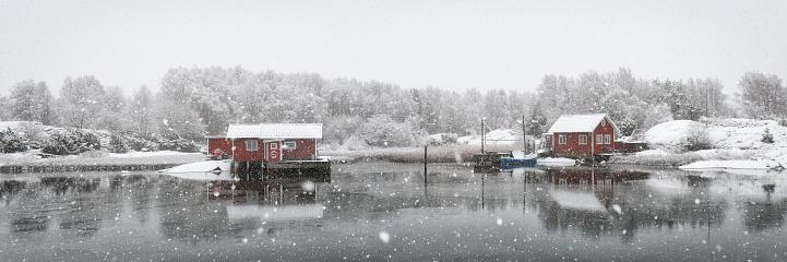 雪が降る「冬のスウェーデンの牧歌的な海岸線」:スマホ壁紙(18)