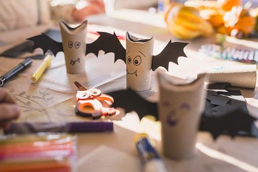 ハロウィン「Tinkered paper bats on desk」:スマホ壁紙(3)