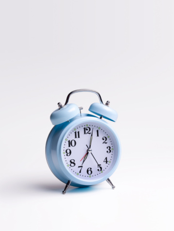 Anticipation「Blue alarm clock on white background」:スマホ壁紙(18)