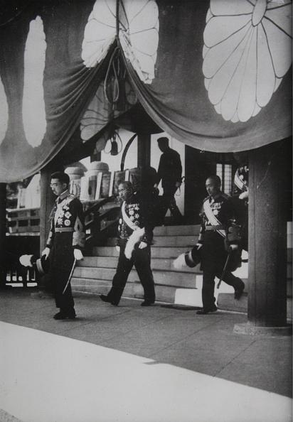 立ち去る「Emperor Hirohito On Leaving The Ya-Su-Kum Temple」:写真・画像(11)[壁紙.com]