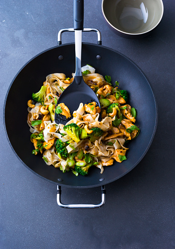 Wok「Fried noodles with chicken, broccoli and cashew nuts in a wok」:スマホ壁紙(10)