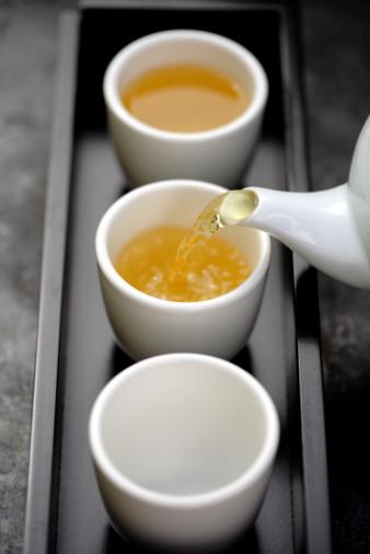 緑茶「Green tea being poured from teapot into cups on tray」:スマホ壁紙(14)