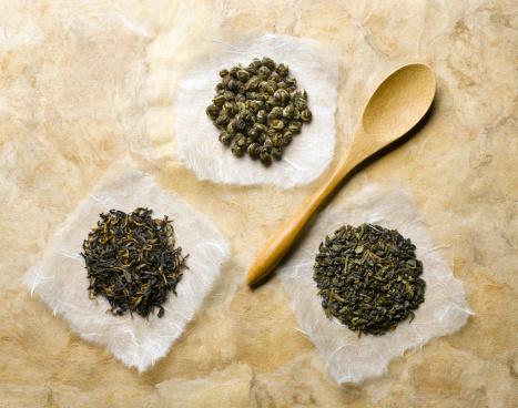 Tea「Green tea buds on wooden spoon, studio shot」:スマホ壁紙(15)