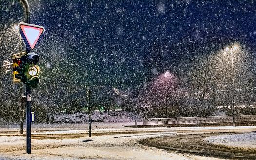 吹雪「空の市街地の道路で嵐雪(多)」:スマホ壁紙(9)