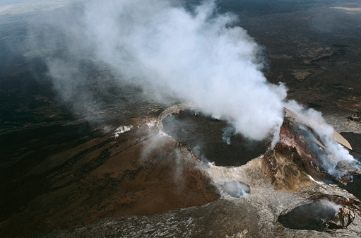 Active Volcano「Kilauea Caldera at Hawaii Volcanoes National Park」:スマホ壁紙(11)