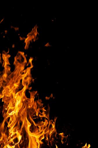 聖火「黄色炎キャンプファイヤーに火を背景にブラックのコピースペース」:スマホ壁紙(4)