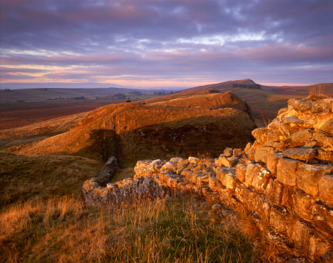 Northumberland「Hadrians Wall, marking the northernmost reaches of the Roman Empire stretching out across undulating Northumbrian landscape at Steel Rigg, in Northumberland National Park」:スマホ壁紙(13)