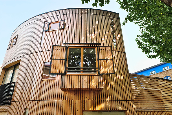 Wood - Material「Two houses built with solid wood walls, layered to some six to eight inches thick, forming a breathable skeleton, and allowing the house to create its own microclimate. The shells were manufactured in Slovenia, and arrived in prefabricated panels complet」:写真・画像(7)[壁紙.com]