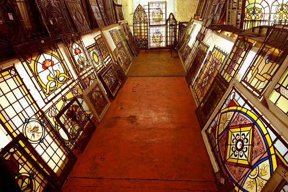 Clock Hand「Stained glass windows in salvage yard」:写真・画像(13)[壁紙.com]