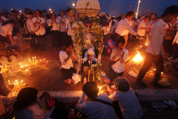 Lighting Equipment「Thousands Gather To Pay Respect To Former King Sihanouk」:写真・画像(9)[壁紙.com]