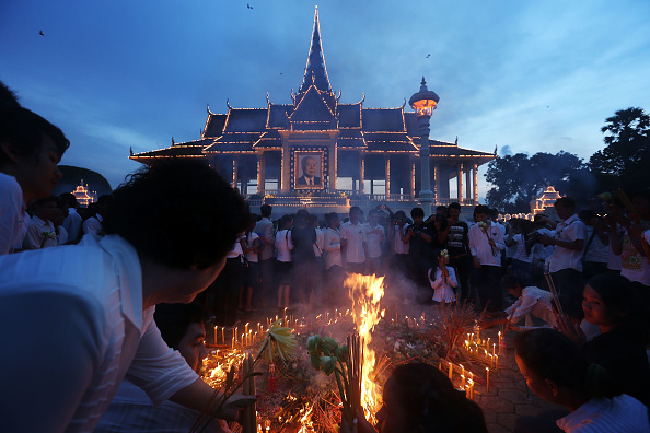 Lighting Equipment「Thousands Gather To Pay Respect To Former King Sihanouk」:写真・画像(8)[壁紙.com]