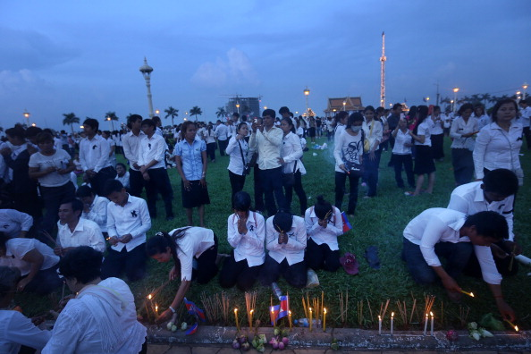 Lighting Equipment「Thousands Gather To Pay Respect To Former King Sihanouk」:写真・画像(10)[壁紙.com]