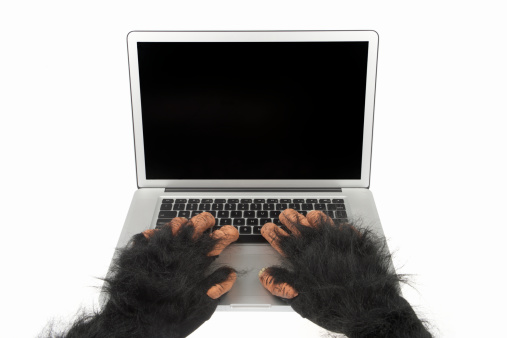 ハロウィン「毛皮動物の手を使用してラップトップコンピューター、ブランク画面」:スマホ壁紙(12)