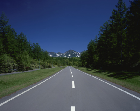 Japan「Road towards Mt Tokachi mountain range, Biei, Hokkaido, Japan」:スマホ壁紙(3)