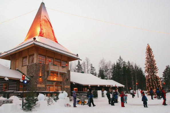 Finland「Visitors Gather Outside Santa's Office」:写真・画像(7)[壁紙.com]