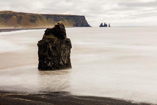 Basalt「Basalt rock strack on shore at beach」:スマホ壁紙(13)