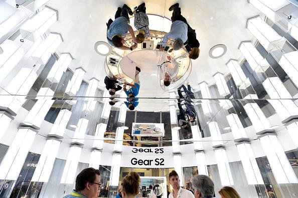 ウェアラブル端末「Latest Consumer Technology Products On Display At CES 2016」:写真・画像(17)[壁紙.com]