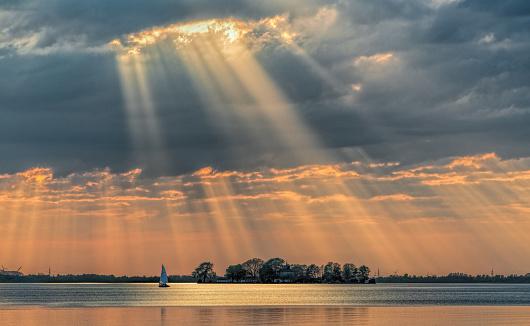 Sunbeam「Sunbeams through cloudscape on lake.」:スマホ壁紙(0)