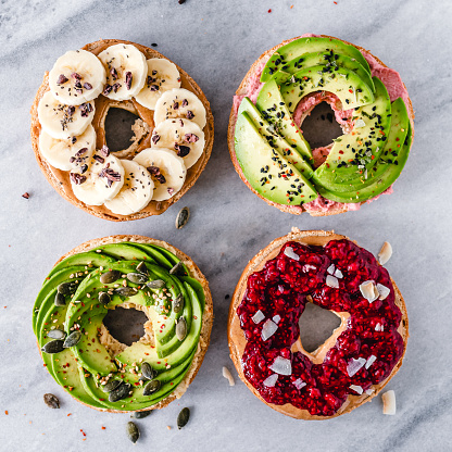 Avocado「Four bagels topped with hummus, avocado, peanut butter, jam and banana」:スマホ壁紙(7)
