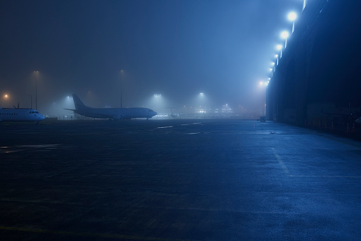 New Zealand「Night time grounded cargo aircraft shrouded in fog on tarmac next to aircraft hanger」:スマホ壁紙(19)